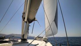 Barco de vela no movimento Grécia, mar Mediterrâneo video estoque