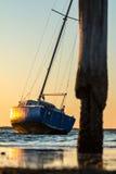 Barco de vela no por do sol Imagens de Stock Royalty Free