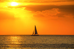 Barco de vela pintoresco de la puesta del sol Fotos de archivo libres de regalías