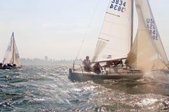 Barco de vela que compite con en la bahía Imagen de archivo libre de regalías