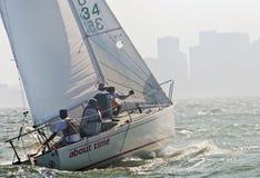 Barco de vela que compite con en la bahía Foto de archivo libre de regalías