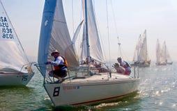 Barco de vela que compite con en la bahía Imágenes de archivo libres de regalías