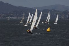 Barco de vela que compite con en San Francisco Bay Imagen de archivo