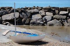 Barco de vela que descansa sobre la arena imagenes de archivo