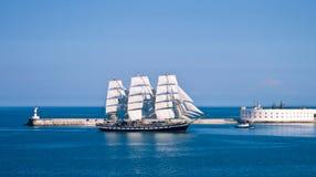 Barco de vela que entra en la bahía. Fotos de archivo libres de regalías