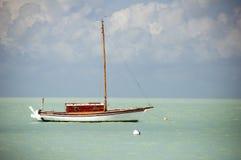 Barco de vela que flota en el mar del Caribe Fotografía de archivo libre de regalías
