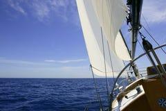 Barco de vela que navega el mar azul en día de verano asoleado Imágenes de archivo libres de regalías