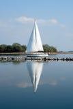 Barco de vela reflejado Imagenes de archivo