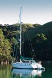 Barco de vela Sloop en el ancla Foto de archivo