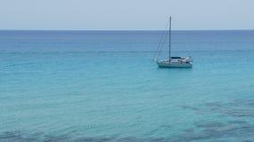 Barco de vela solo Imagen de archivo libre de regalías