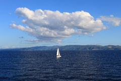 Barco de vela solo (Croatia) Fotografía de archivo libre de regalías