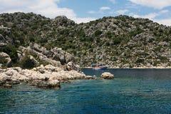 Barco de vela tradicional ancorado na baía Turquia Foto de Stock
