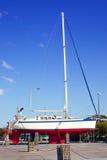 Barco de vela varado para la pintura anual del casco Imagenes de archivo