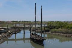 Barco de vela velho entrado no rio fotografia de stock