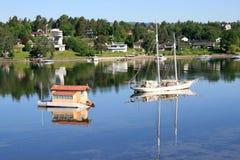 Barco de vela y casa flotante Fotografía de archivo libre de regalías