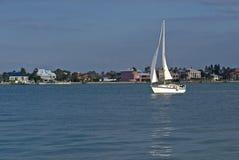 Barco de vela y casas imagenes de archivo