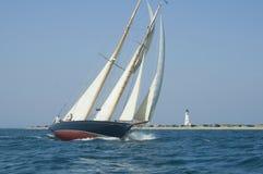 Barco de vela y faro Imagen de archivo