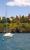 Barco de vela y mansión Fotografía de archivo libre de regalías