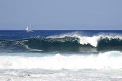 Barco de vela y ondas Imagen de archivo libre de regalías