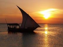 Barco de vela y puesta del sol Fotografía de archivo