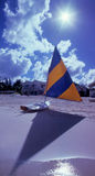 Barco de vela y resplandor solar de la isla del caimán Imagenes de archivo