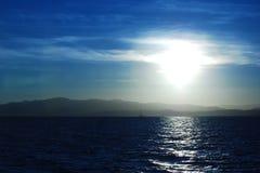 Barco de vela y sol de la tarde Fotografía de archivo