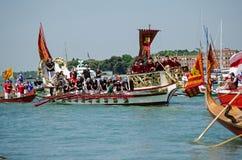 Barco de VIPS en la ceremonia de Venecia Imagenes de archivo