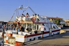 Barco de visita turístico de excursión Imagenes de archivo