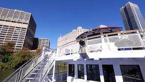 Barco de visita turístico de excursión de Chicago - ciudad de Chicago almacen de video