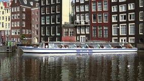 Barco de visita turístico de excursión en el canal de la ciudad de Amsterdam de Amsterdam almacen de metraje de vídeo
