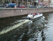 Barco de visita turístico de excursión en el río Fontanka Fotos de archivo