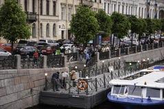 Barco de visita turístico de excursión en el río Fontanka Imagen de archivo libre de regalías