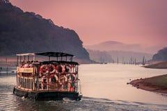 Barco de visita turístico de excursión en Periyar Imágenes de archivo libres de regalías