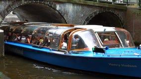 Barco de visita turístico de excursión grande en la ciudad de Amsterdam de Amsterdam almacen de video