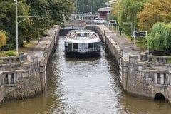 Barco de visita turístico de excursión de la travesía en el río de Moldava imágenes de archivo libres de regalías