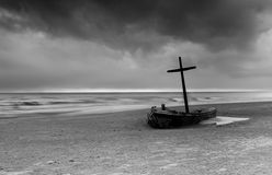 Barco de Wereck na praia com nuvem de tempestade imagens de stock royalty free