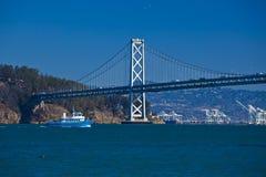 Barco debajo del puente de Oakland, San Francisco Fotos de archivo