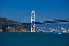 Barco debajo del puente de Oakland, San Francisco Foto de archivo