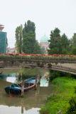 Barco debajo del puente, Padua Fotografía de archivo