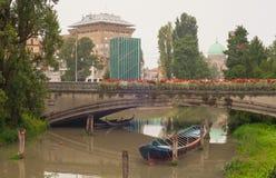 Barco debajo del puente, Padua Foto de archivo