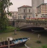 Barco debajo del puente, Padua Imagen de archivo