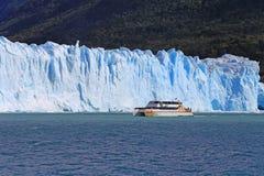 Barco del barco de cruceros cerca del glaciar en la Patagonia, la Argentina Fotografía de archivo