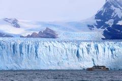 Barco del barco de cruceros cerca del glaciar en la Patagonia, la Argentina Foto de archivo libre de regalías