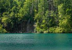 Barco del bosque del verde de la opinión del lago romántico Imagenes de archivo