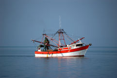 Barco del camarón en el mar Foto de archivo libre de regalías