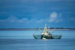 Barco del camarón en el Mar del Norte Imagen de archivo libre de regalías