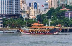 Barco del chino tradicional cerca de la isla de Gulangyu en China Imagen de archivo libre de regalías