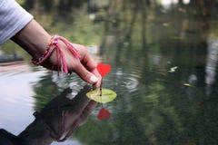Barco del corazón de las tarjetas del día de San Valentín Imágenes de archivo libres de regalías