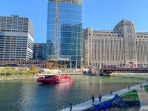 Barco del cuerpo de bomberos de Chicago cerca del riverwalk con los viajeros y la limpieza de la primavera fotos de archivo