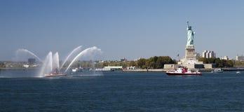 Barco del cuerpo de bomberos de New York City y estatua de la libertad Imagen de archivo libre de regalías